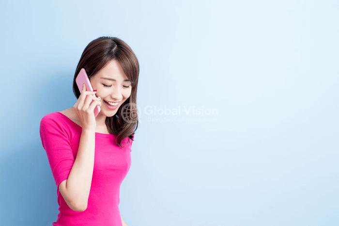 マッチング後に LINE や電話での会話している女性の写真
